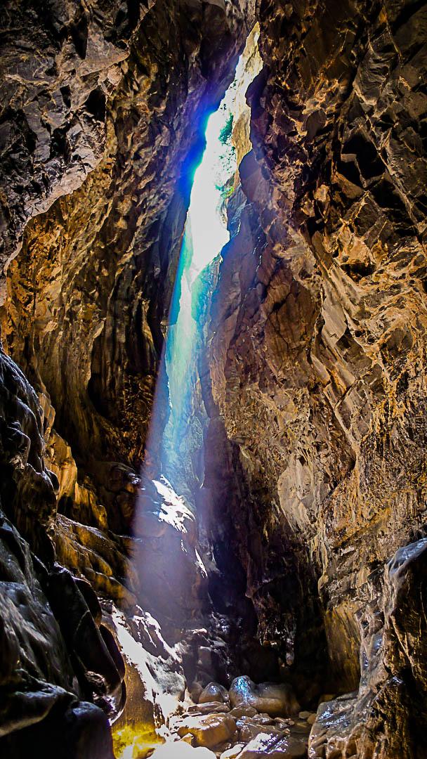 Vue intérieure du canyon de Gloces éclairé par un rayon de soleil